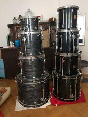 Zwei Drumsets Hardware Becken zu