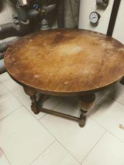 schöner runder Holztisch