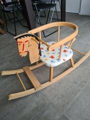 Schaukelpferd aus Holz für Kleindkind
