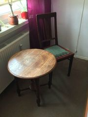 Älterer Tisch mit Stuhl