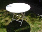Schöne Gartenstühle und Gartentisch aus