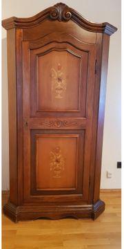 Schöner Holz-Gaderobenschrank mit Intarsien