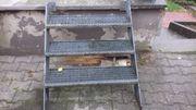 Eisenaußentreppe mit Gitterroststufen