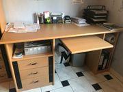 Schreibtisch und Vitrinenschrank