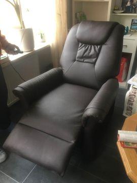 Medizinische Hilfsmittel, Rollstühle - Brauner Leder-Sessel motorisiert mit Aufstehhilfe -