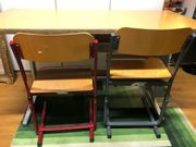 Kinderschreibtisch und Stühle