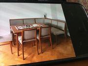 Gepflegte Eckbank mit Stühlen