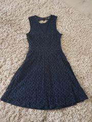 Kleid aus Spitze in Blau