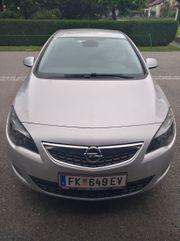 Opel Astra mit integriertem Fahrradträger