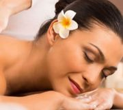Abhyanga Massage mit warmen Rosenöl