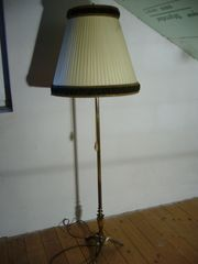 Antike Stehlampe mit Messingständer