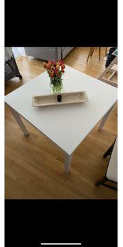 Weisser ausziehbarer Tisch und drei
