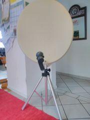 Satellitenschüssel mit Dreibeinstativ und Kabel