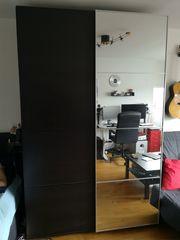 Schwarzer Ikea Pax Kleiderschrank mit