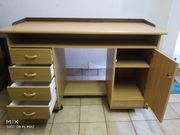 Kleiner buchefarbener Schreibtisch