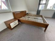 Doppelbett mit Lattenroste zwei Nachtschränke