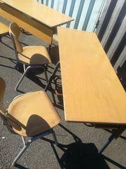 alte Schulbank mit Stuhl Schulbänke