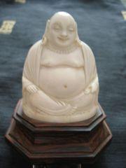 BUDDHA -SCHNITZEREI AUF EINEM TEAK-SOCKEL