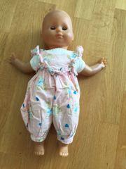 Puppe mit einem Kleidungsstück