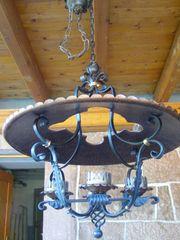 alte guterhaltene schmiedeeiserne lampe mit