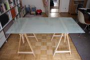 Glastisch mit Holzbeinen