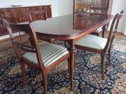 Tisch und 6 Stühle aus