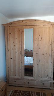 Holz-Kleiderschrank