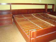 Doppelbett mit Überbau und Nachttischen
