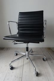 Eames Aluminiumstuhl EA 117 von
