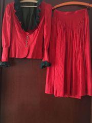Rotes Seiden-Trachtenkostüm und schwarzer Trachtenrock