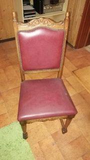 Tisch und vier Stühle