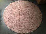Runder rosa Hochflor Teppich