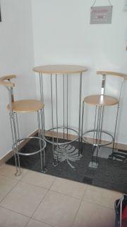 Bistrotisch mit zwei Stühlen