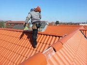 Dachdecker bietet Hilfe an