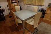Glastisch mit Stühlen