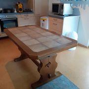 Massiver Tisch mit Steinplatte