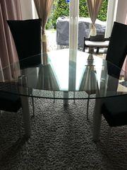 Esstisch mit vier Stühle