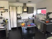 Designer-Einbauküche mit Edelstahlfront und Wangen