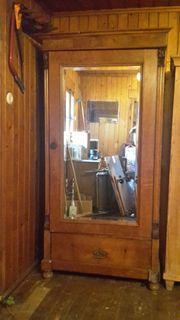 Antiker Schrank mit Spiegel zu