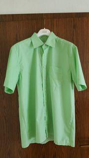BÜGELFREIES Kurzarm-Herrenhemd der Marke COMMANDER