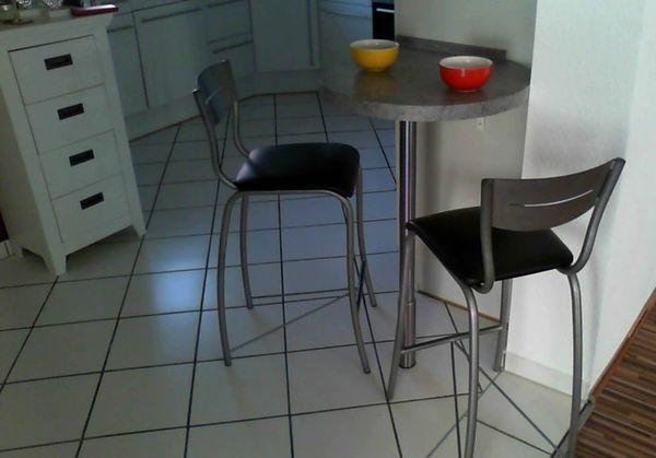 stylischer Küchentisch, Bar-Tisch und zwei Barhocker in ...