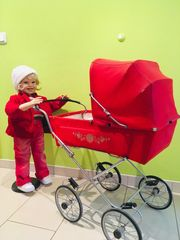 Paula Puppenmama mit Retro-Puppenwagen