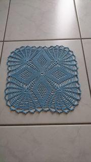 Quadratisch gehäkelte Deckchen