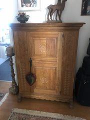 Antiker Schrank mit Schnitzereien