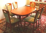 Ausziehbarer Esszimmertisch und sechs Stühle