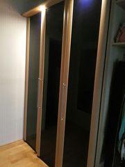 Kleiderschrank mit blauen Glastüren