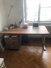 Schöner Schreibtisch mit Rollkasten