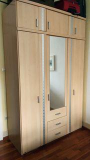 Kleiderschrank mit Spiegeltür und Aufsatz