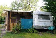 Wohnwagen mit Vorzelt auf Dauerplatz