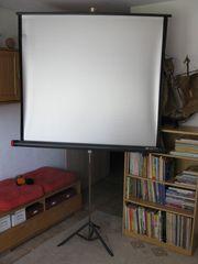 DIA-Projektor mit Projektionsleinwand